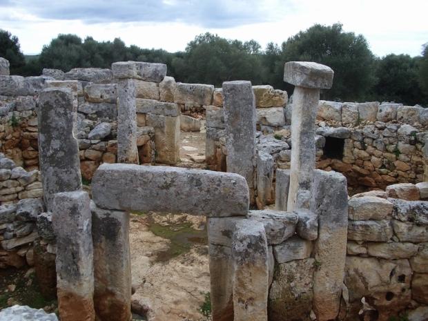 És el poblat Talaiòtic més gran de Menorca. Té diferents recintes i monuments: Talaiots, recintes de taula, coves, . A l'entrada del conjunt existeix un centre d'interpretació.