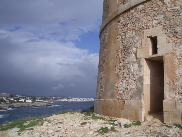 El camí passa per algunes de les torres costaneres, com aquesta d'Alcaufar