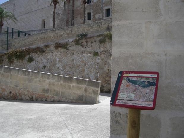 Alguns trams passen per zones urbanes, com aquest tram que passa pel costat del convent de Sant Francesc, de Maó